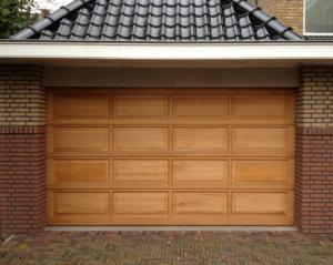 Moderne-houten-garagedeur